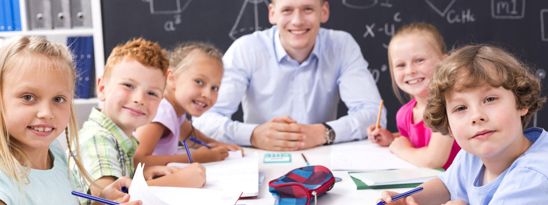 classe scolastica con alunni e professore